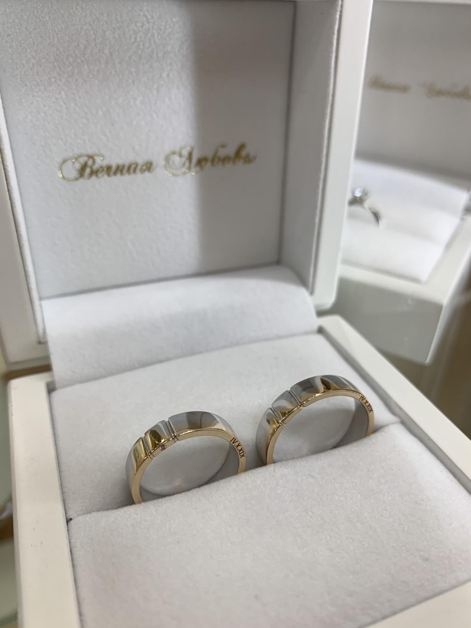 NV17 - парные обручальные кольца из бело-розового золота с гравировкой