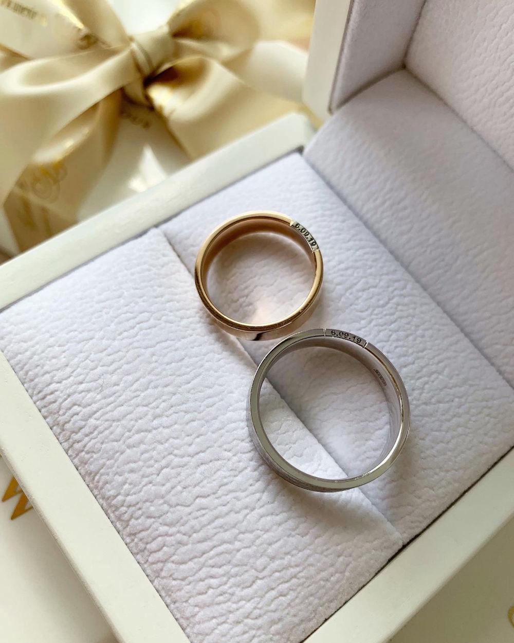 NV19 - парные обручальные кольца их розово-белого золота с гравировкой