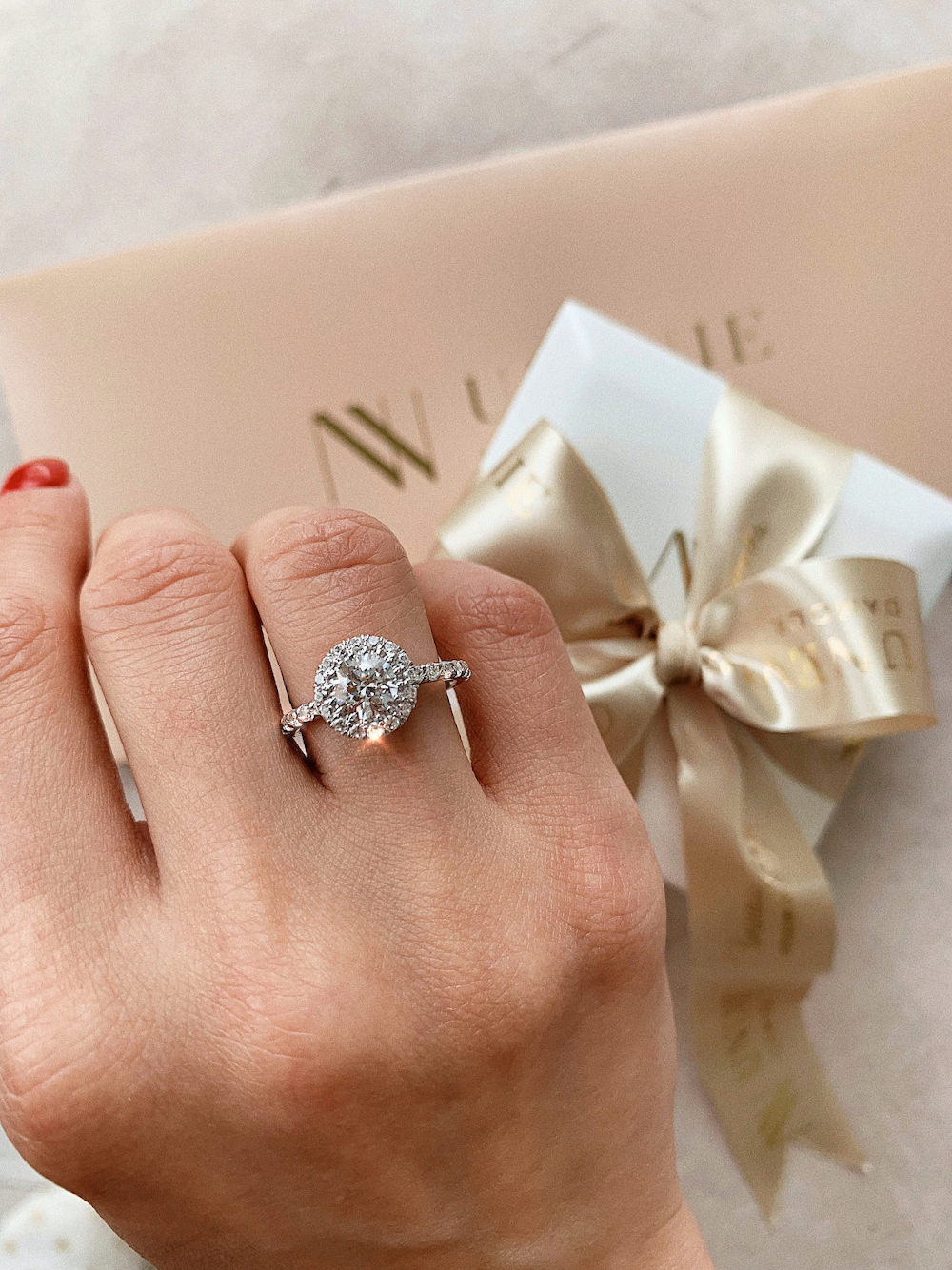 N4 Помолвочное кольцо из белого золота с бриллиантами