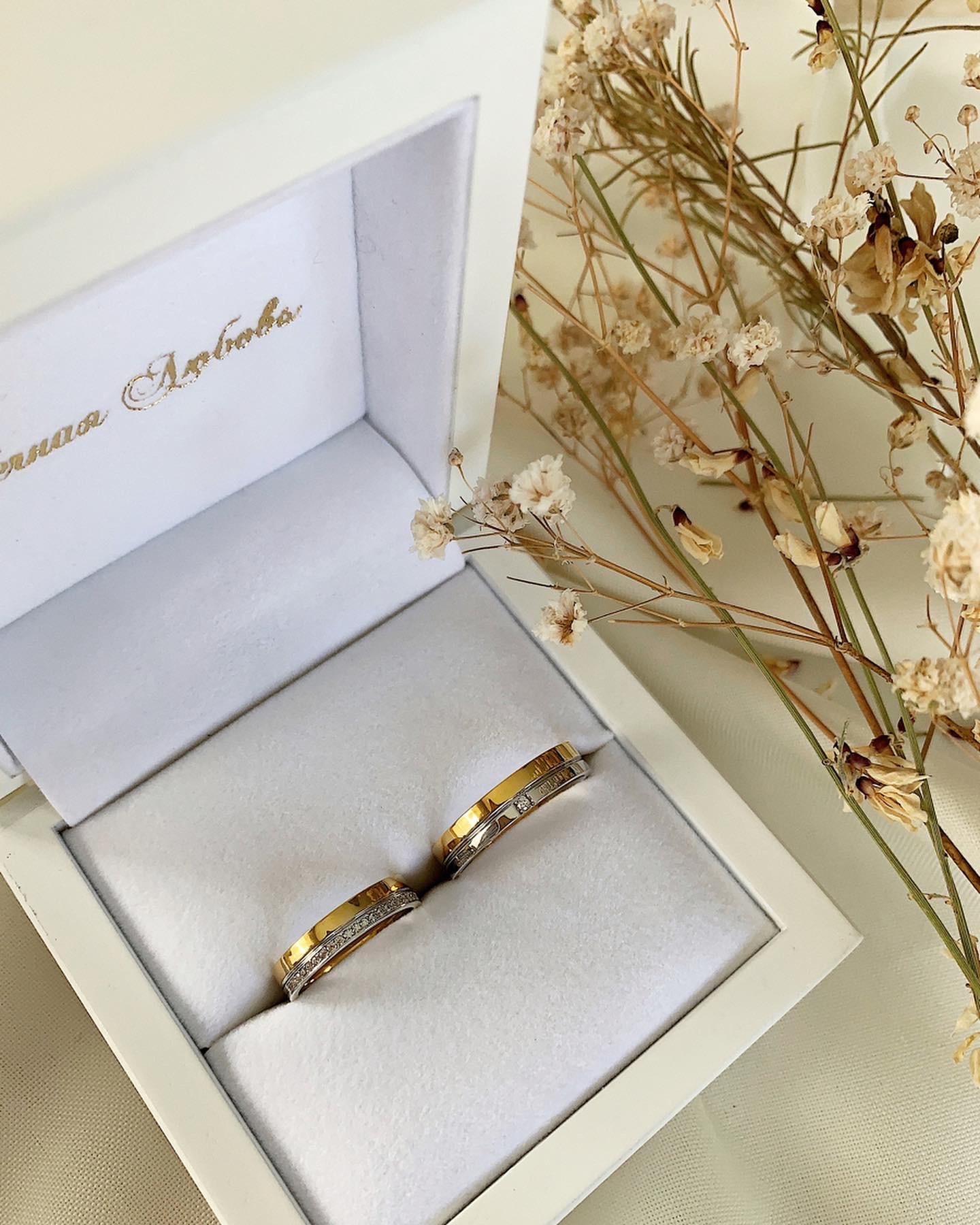 NV31 - парные обручальные кольца из бело-желтого золота с бриллиантами