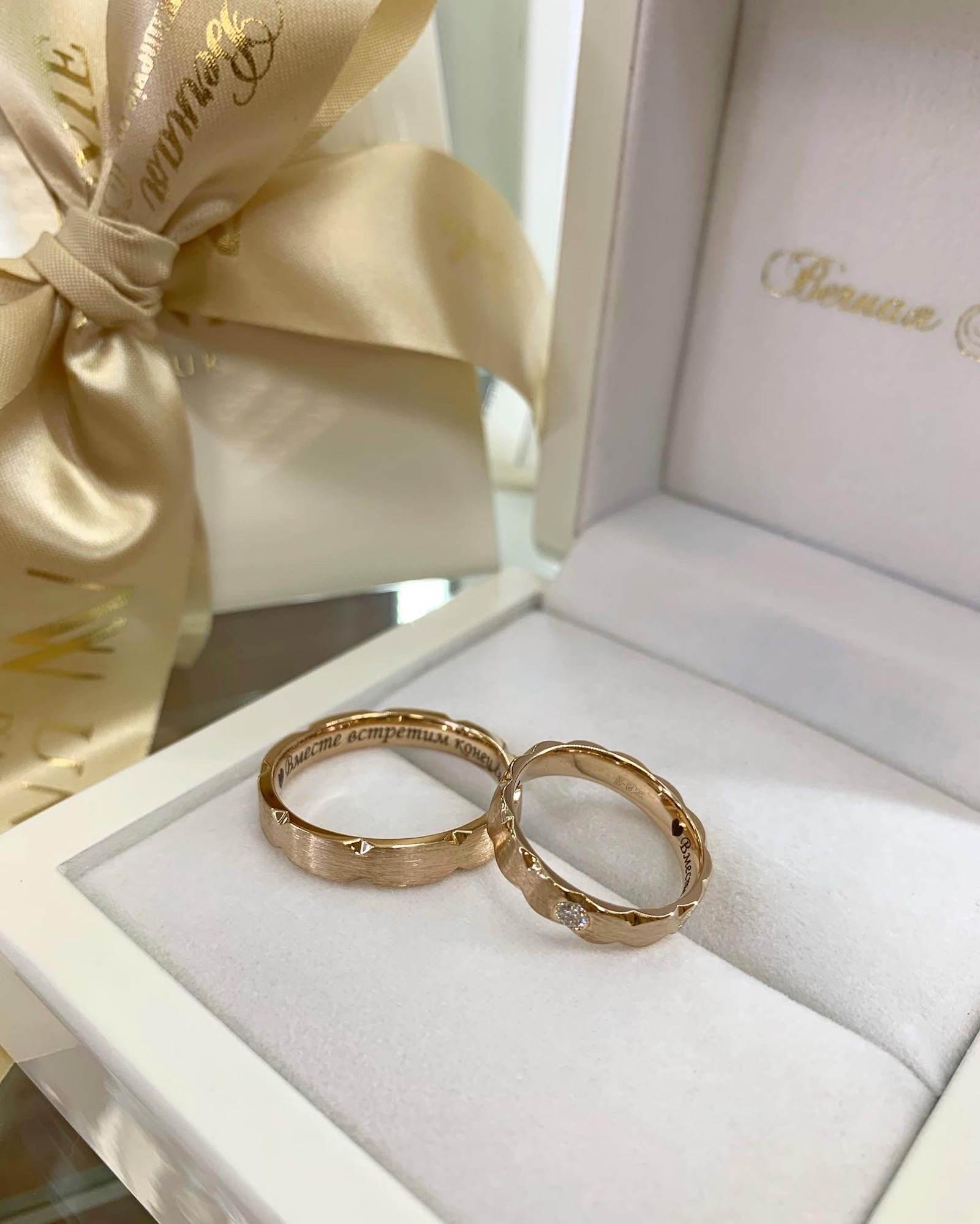NV9 - парные обручальные колца из розового золота с бриллиантом
