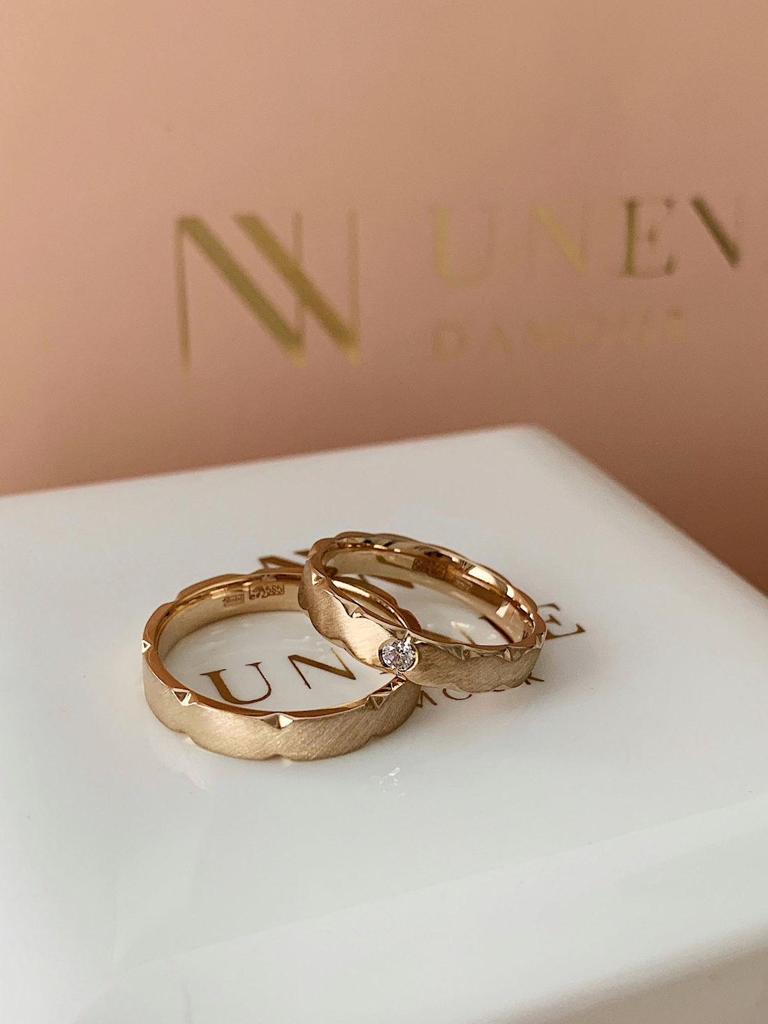 NV9 - парные обручальные колца из желтого золота с бриллиантом